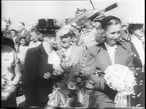 two planes and crowd / navy plane / bess truman with daughters mary and margaret at plane christening / champagne bottle / hand pushes up revealing... - kopf nach hinten stock-videos und b-roll-filmmaterial