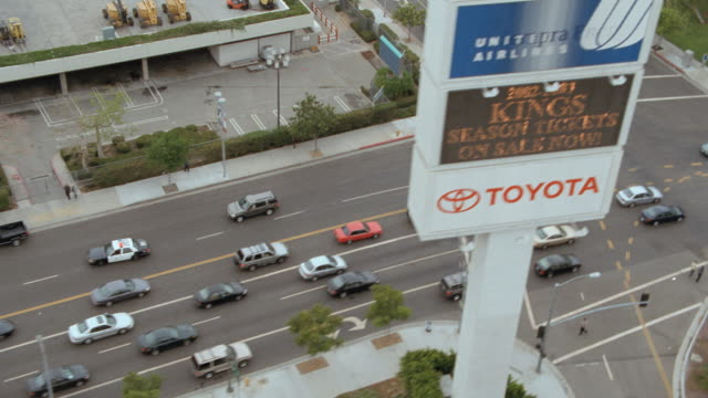 stockvideo's en b-roll-footage met two police cars race around a corner in los angeles, california. - toyota motor