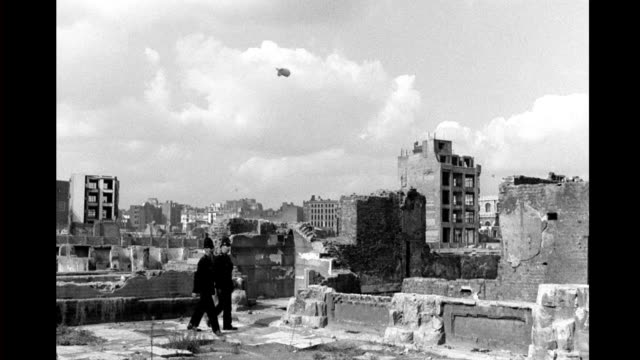 vídeos y material grabado en eventos de stock de two police officers walk through bombed out london neighborhood, virtually all buildings destroyed or damaged / barrage balloons hanging in the sky.... - el blitz