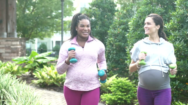 2人の妊婦が一緒に運動し、歩いている - パワーウォーキング点の映像素材/bロール