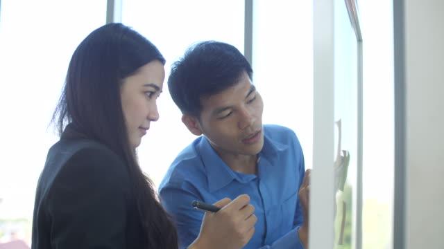 zwei professionelle geschäftsmann brainstorming im büro,talking to professional für strategieplan - two people stock-videos und b-roll-filmmaterial