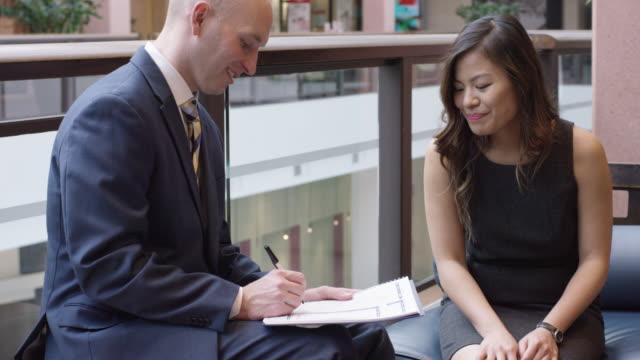 Deux professionnels, examen d'un Document