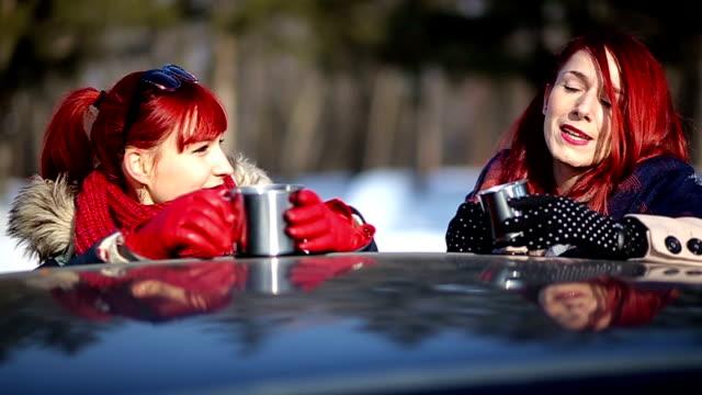 zwei rothaarige klatsch und kaffeetrinken an wintertag - handschuh stock-videos und b-roll-filmmaterial