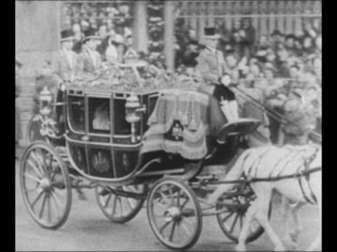 vidéos et rushes de two riders on horseback precede the royal coach as it exits buckingham palace en route to westminster abbey for princess elizabeth's wedding / ms... - elisabeth ii