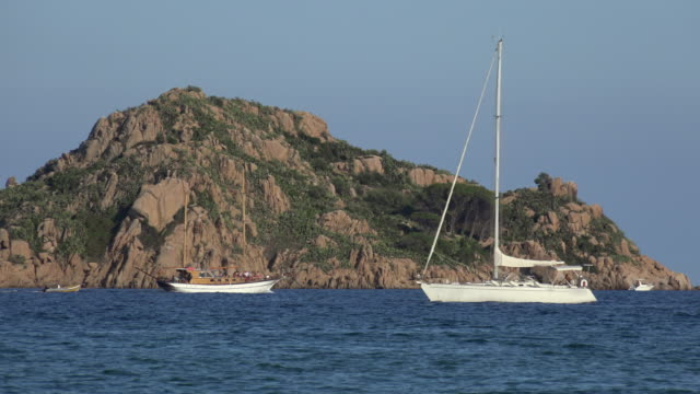 two sailboats passing a small island - spiaggia stock videos & royalty-free footage