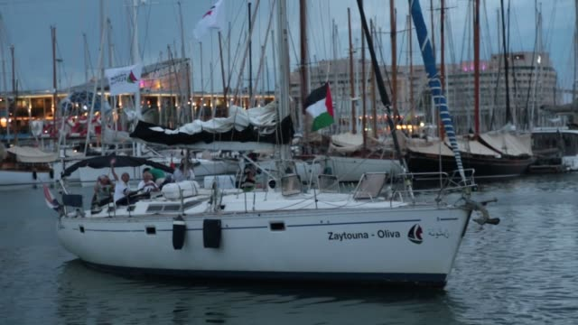 vídeos y material grabado en eventos de stock de two sailing boats, amal-hope and zaytouna-oliva with only female activists on board, set off for the gaza strip from the port of barcelona under the... - puerto de barcelona