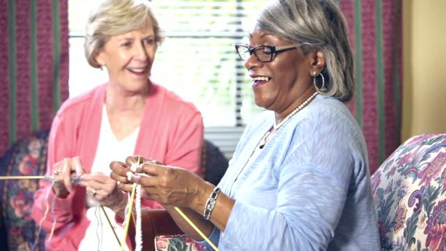 Zwei alte Frauen stricken, chatten