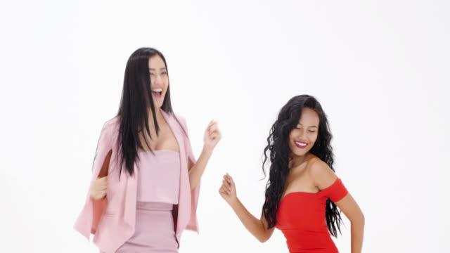 2 つのセクシーな女の子のダンサー、白い背景で隔離。 - カットアウト点の映像素材/bロール