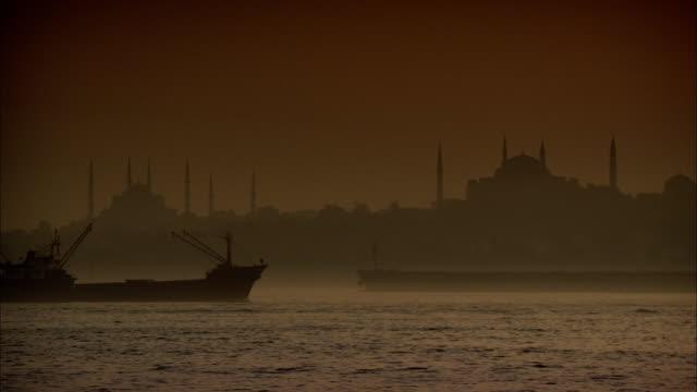 vídeos y material grabado en eventos de stock de two ships cross paths on a river amidst thick fog. - turquía