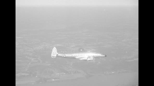 vídeos y material grabado en eventos de stock de two shots from another plane of usaf plane carrying pres harry truman flying over flooded area - río ohio