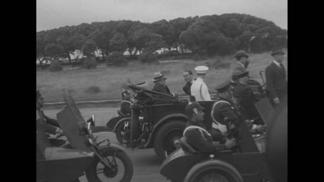 vídeos de stock, filmes e b-roll de two shots from moving vehicle of us pres franklin roosevelt and uruguayan pres gabriel terra and roosevelt's son james us marines officer sitting in... - montevidéu