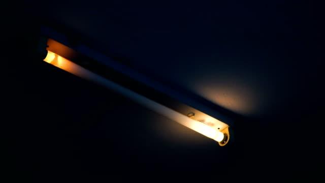 zwei aufnahmen von fast beleuchteten fluoreszierendem licht - electrical equipment stock-videos und b-roll-filmmaterial