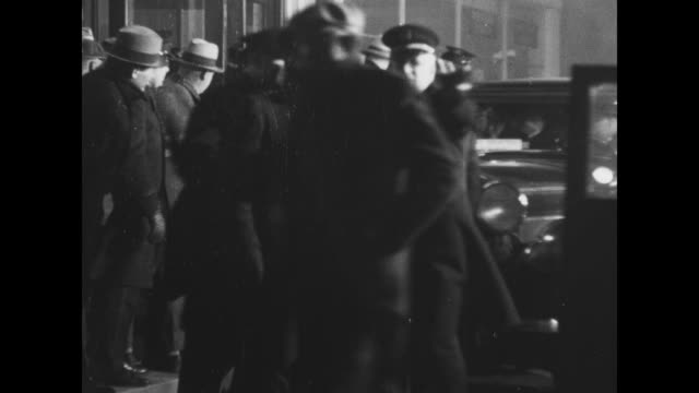 two shots of exterior of house where john dillinger was hiding / two shots of policemen surrounding car dillinger is in / car pulls away // 3/3/1934:... - 甥点の映像素材/bロール