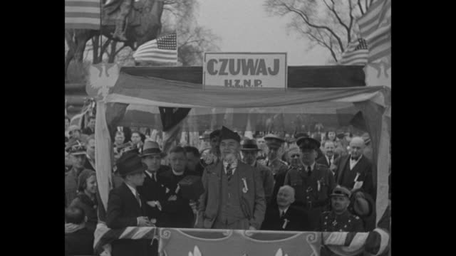 vidéos et rushes de two shots of man standing on outdoor platform and giving speech in english with polish and polish american officials behind him during the city's... - patriotism