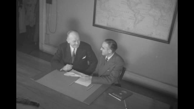 vídeos de stock, filmes e b-roll de two shots of members of inaugural plans committee meeting in office and shaking hands / overhead shot of harold stassen the eisenhower appointee for... - equipamento doméstico