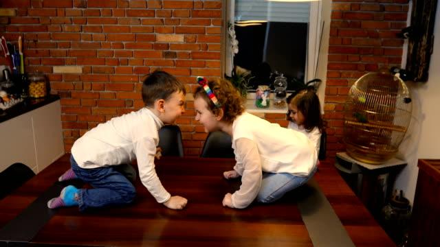 二つの愚かなヤギはテーブルの上で戦う - 注意欠陥過活動性障害点の映像素材/bロール
