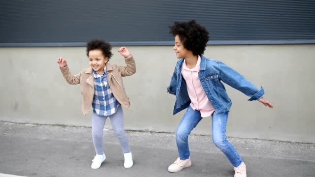 Zwei Schwester springen herum und haben Spaß