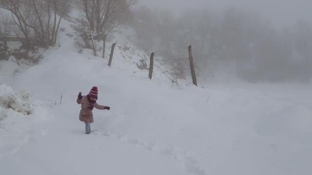 冬の日に楽しい時間を過ごしている二人の姉妹 - winter点の映像素材/bロール