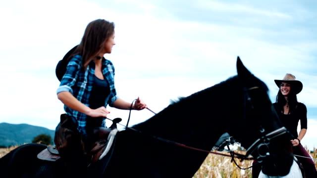 zwei schwestern reiten - ranch stock-videos und b-roll-filmmaterial