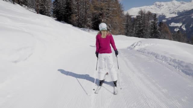 zwei skifahrer hinunter steigung von hinten - skipiste stock-videos und b-roll-filmmaterial