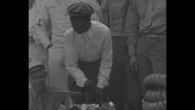 vidéos et rushes de two small black boys and two older boys dance as young black man plays a percussive rig of tin cans us navy sailors stand on deck of uss texas and... - noir américain