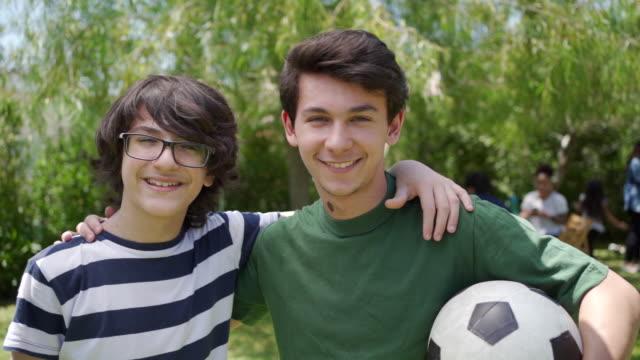 stockvideo's en b-roll-footage met twee lachende broers - 14 15 jaar