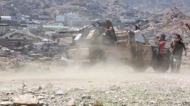two soldiers and 15 civilian killed during a heavy fire exchange between yemeni forces and houti militias in taiz, yemen on april 06, 2017. - yemen bildbanksvideor och videomaterial från bakom kulisserna
