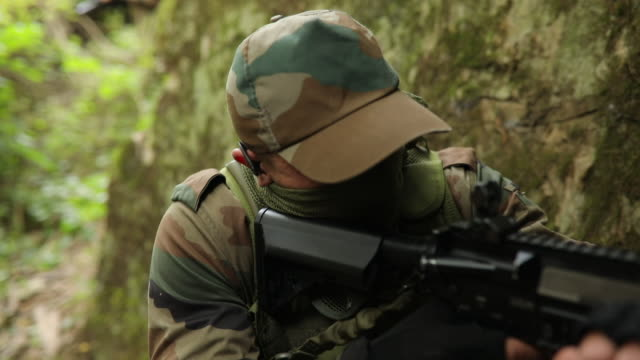 stockvideo's en b-roll-footage met twee soldaten in de hinderlaag - militaire training