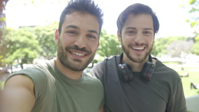 zwei südamerikanische freunde, die ein selfie-video senden - nur männer stock-videos und b-roll-filmmaterial