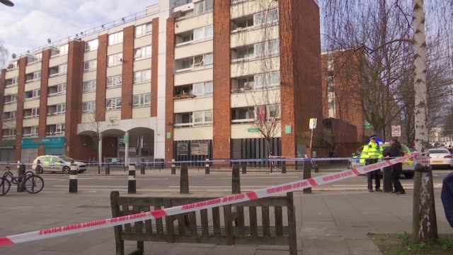 vídeos de stock e filmes b-roll de two stabbed to death in camden: daytime shots of crime scene; england: london: camden: kentish town: ext various of police officers at scene of fatal... - kentish town