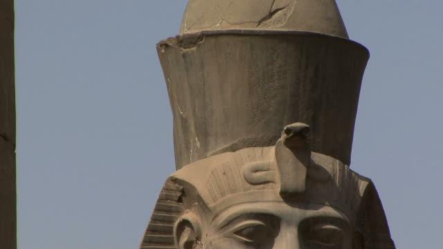 vídeos de stock, filmes e b-roll de cu td two statues of ramesses ii at first pylon in luxor temple, luxor, egypt - figura masculina
