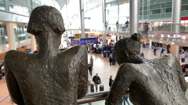 two statues 'overlook' passengers at copenhagen airport - regione dell'oresund video stock e b–roll