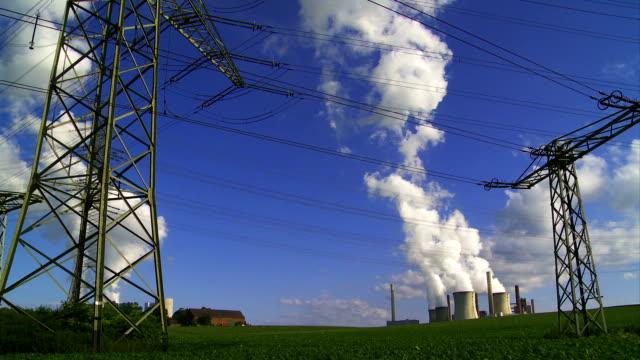 農業景観の 2 つの蒸し石炭火力発電所 - 発電所点の映像素材/bロール