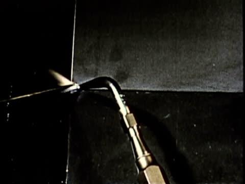 vídeos y material grabado en eventos de stock de 1965 montage cu ha pan ecu two steel plates being joined with welding torch / usa / audio - forma de barra