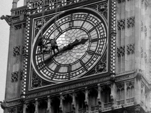two steeplejacks clean one of the clock faces of big ben 1953 - turmarbeiter stock-videos und b-roll-filmmaterial