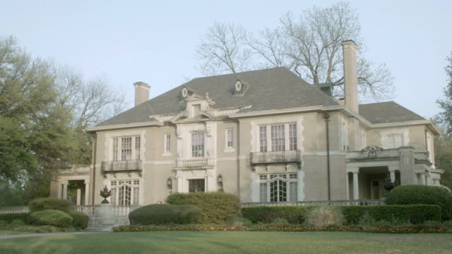 la two story colonial estate home with large windows and two chimneys / united states - kolonialstil stock-videos und b-roll-filmmaterial