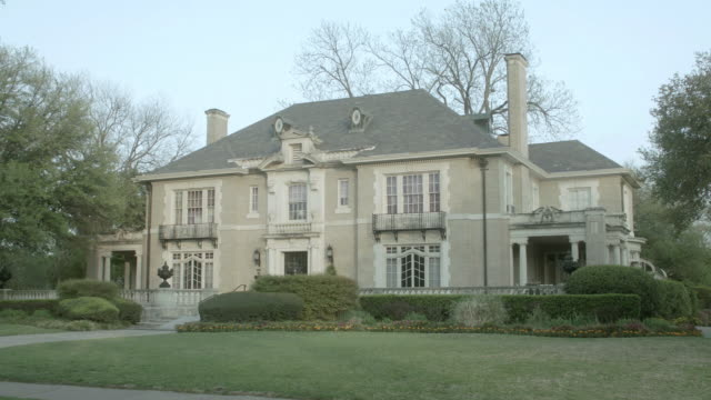 ws two story colonial estate home with large windows and two chimneys / united states - kolonialstil stock-videos und b-roll-filmmaterial
