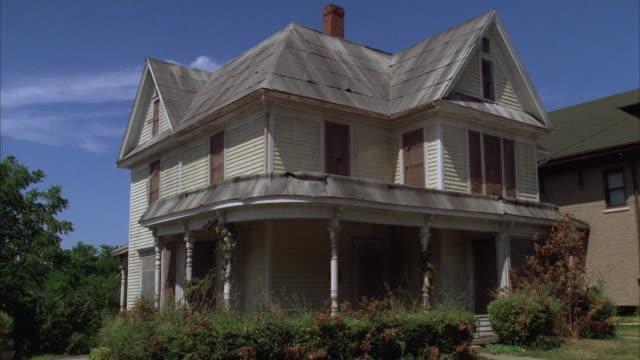 vídeos de stock e filmes b-roll de ms two story house with porch - descuidado