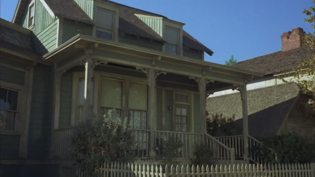 stockvideo's en b-roll-footage met ms, two story wooden house with porch - tuinhek
