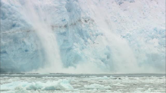 ms, zo, two streams of ice falling into water, aialik glacier, kenai fjords national park, alaska, usa - アラスカ点の映像素材/bロール