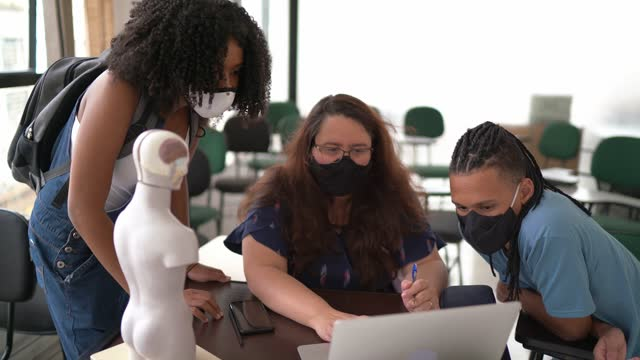 vídeos de stock, filmes e b-roll de dois alunos conversando com professor após a aula - usando máscara facial - exam