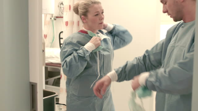 zwei chirurgen nach einem betrieb - hygiene stock-videos und b-roll-filmmaterial