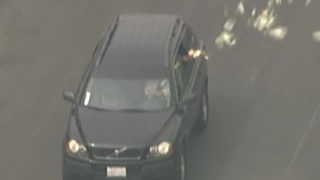 ktla two suspects led police on a car chase after a bank robbery tossing handfuls of cash out the window large crowds scrambled to get the money... - sports utility vehicle stock-videos und b-roll-filmmaterial