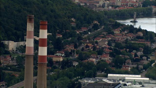 vídeos de stock, filmes e b-roll de duas chaminés de altos-vista aérea-ródano-alpes, isère, arrondissement de vienne, frança - rhône alpes