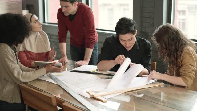 若いラテン系によってつながる 2 つのチームは、エンジニア リング事業-プロジェクト一緒に取り組んでを男します。 - イスラム教点の映像素材/bロール