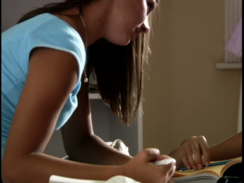 vidéos et rushes de two teenage girl talking in a room - 14 15 ans
