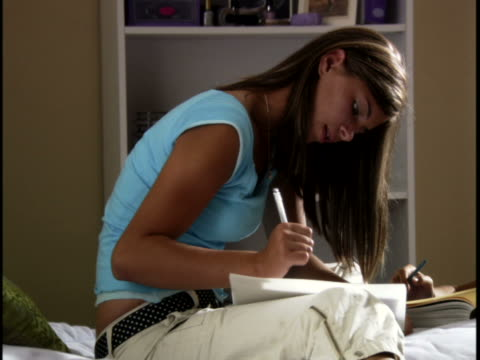 two teenage girls talking in a room - 14歳から15歳点の映像素材/bロール