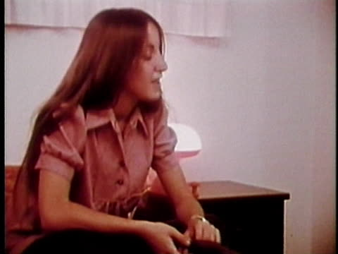 vídeos y material grabado en eventos de stock de 1973 montage two teenage girls talking in bedroom, los angeles, california, usa / audio - sólo grupo de adolescentes