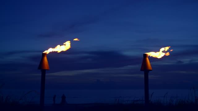 stockvideo's en b-roll-footage met twee vlammen van de toorts tiki bij het strand in florida - tiki torch
