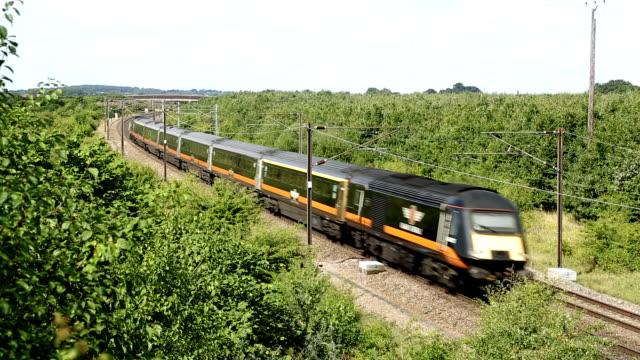 通過した 2 つの列車 - 高速列車点の映像素材/bロール